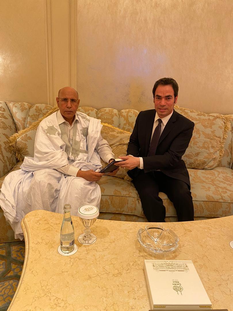 أحمد المسلماني يهدي الرئيس الموريتاني محمد ولد الغزواني نسخة من كتابه